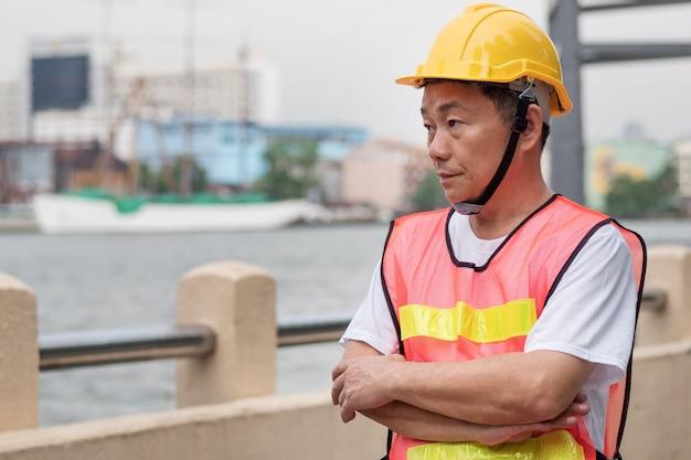 Praca w porcie, pracownicy logistyki przemysłowej stojący w miejscu pracy
