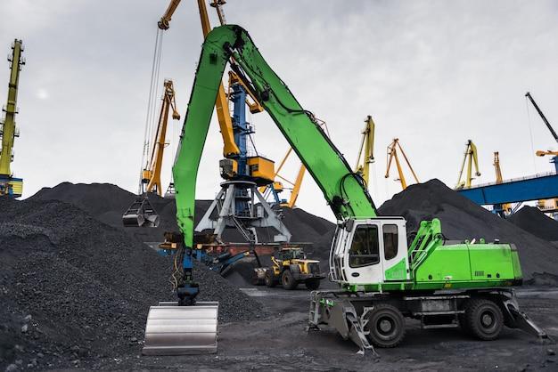 Praca w portowym terminalu przeładunku węgla