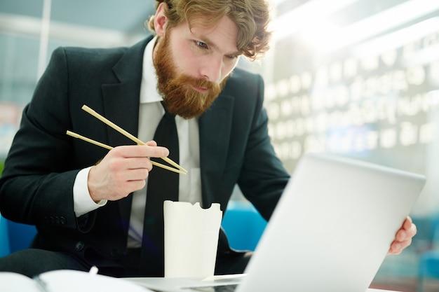 Praca w sieci podczas posiłku