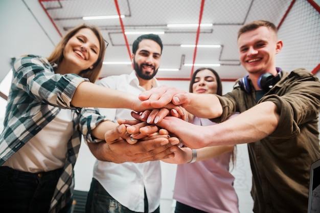 Praca w zespole dowodzenia, młodzi ludzie odnoszący sukcesy