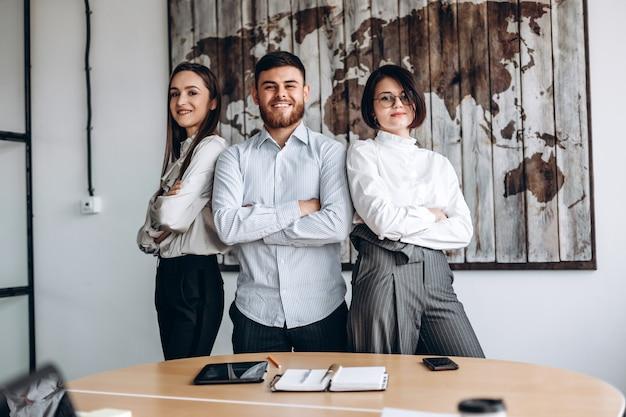 Praca w zespole. grupa 3 osób w biurze.