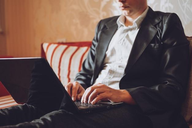 Praca z domu online, niezależna, zdalna praca podczas kryzysu koronawirusowego. pracownik firmy, programista pracuje z domu
