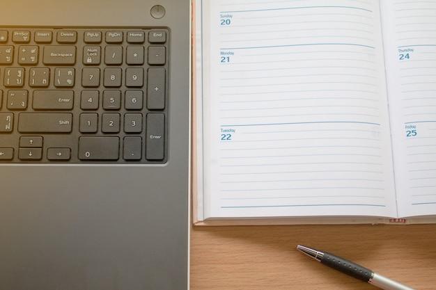 Praca z laptopem i organizacja