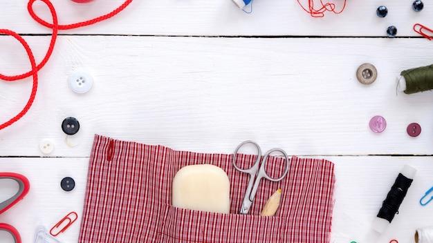 Praca z tkaniną, ręcznie robionymi rzeczami i kompozycją materiałów. widok z góry