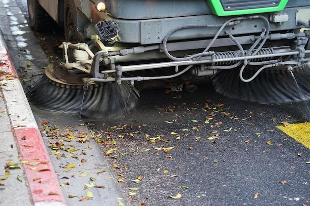 Praca zamiatarki ulicznej. maszyna do czyszczenia ulic.