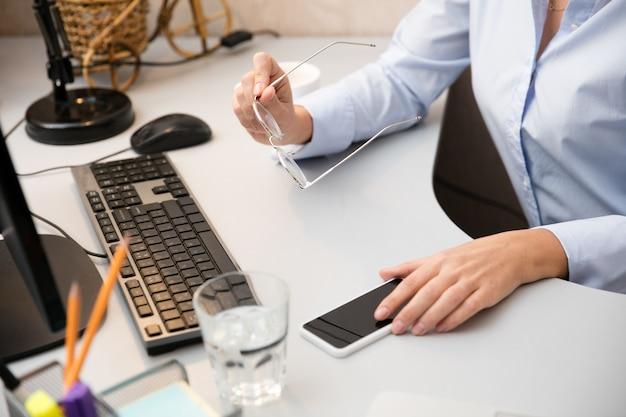 Praca zdalna z domu. miejsce pracy w domowym biurze z komputerem, urządzeniami i gadżetami.