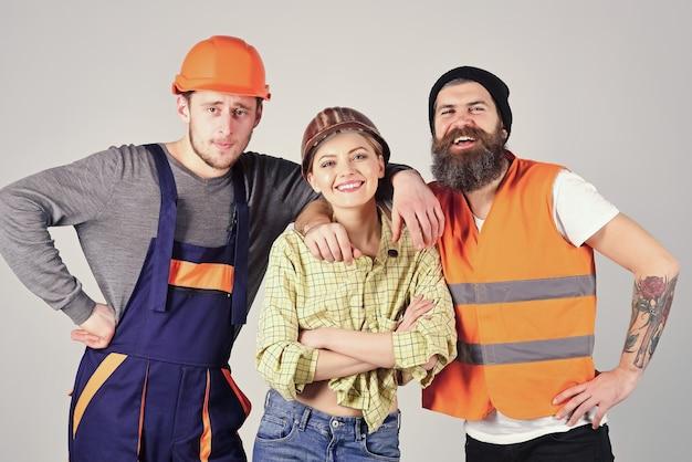 Praca zespołowa, brygada. firma wesołych robotników, budowniczych, naprawiaczy, tynkarzy.