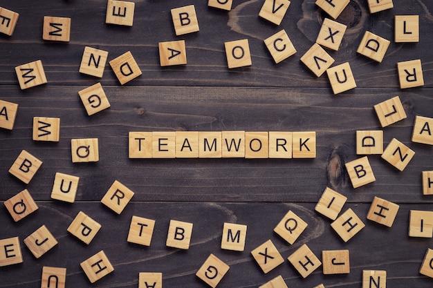 Praca zespołowa drewniany tekst i drewniany blok na stole dla biznesu.