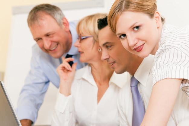 Praca zespołowa - dyskusja w biurze