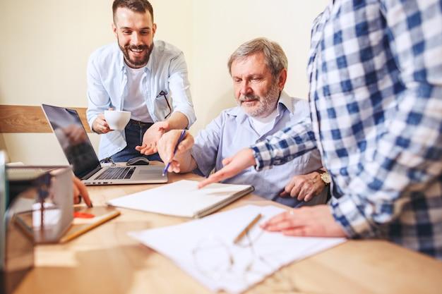 Praca zespołowa. ludzie pracujący z nowym projektem w biurze