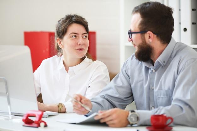 Praca zespołowa mężczyzna i kobieta w biurze.