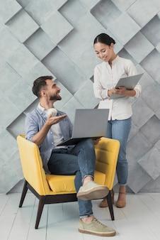 Praca zespołowa pod dużym kątem między kolegami w pracy
