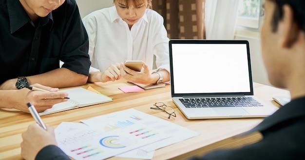 Praca zespołowa pomaga nam wybrać najlepsze informacje. aby zachęcić klientów do korzystania z udanej pracy. koncepcja jakości pracy, efekt vintage.