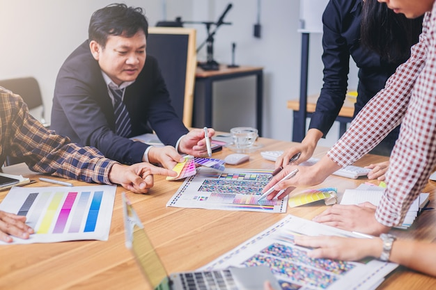 Praca zespołowa projektant graficzny z wykresu kolorów i spotkanie burzy mózgów dla nowego projektu.