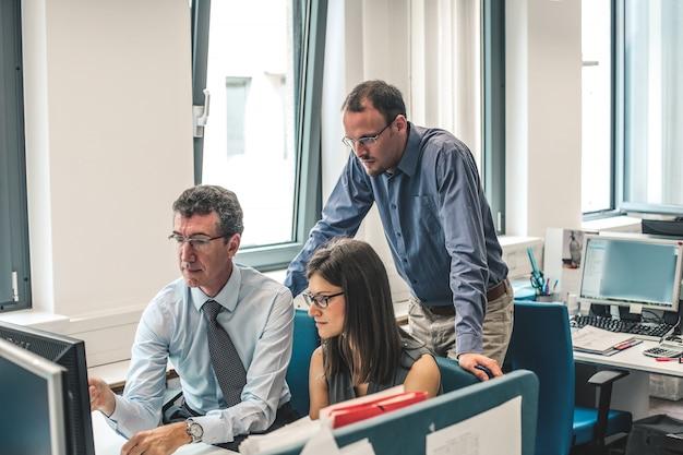 Praca zespołowa w biurze