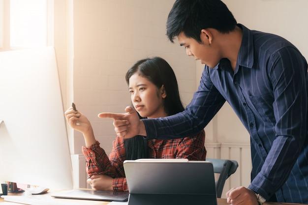 Praca zespołowa w biznesie obwinianie partnera i poważna dyskusja.