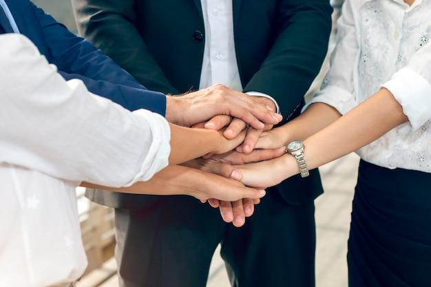 Praca zespołowa w zakresie fuzji, przejęć i władzy. praca zespołowa partnerów biznesowych łączy ręce.