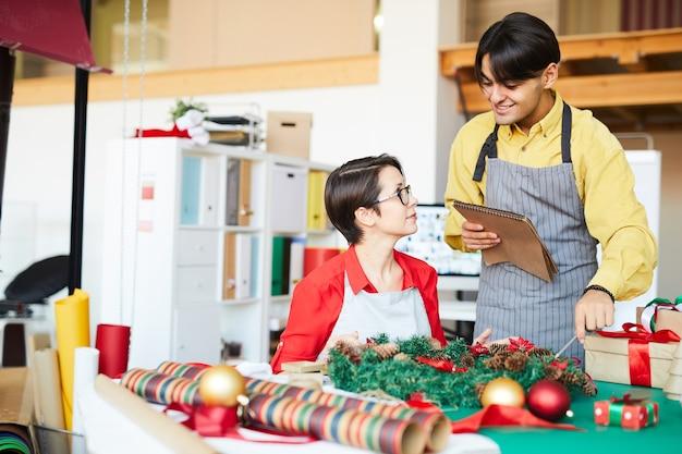 Praca zespołowa woking w świąteczne dekoracje