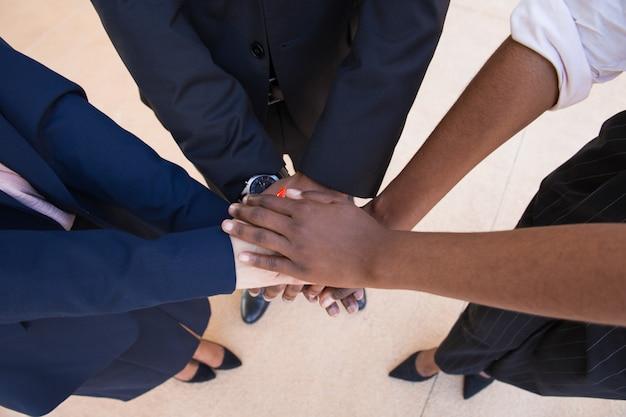 Praca zespołowa, wsparcie lub gest przyjaźni