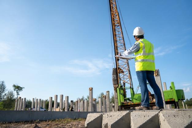 Prace inspekcyjne inżyniera budownictwa lądowego na budowie infrastruktury