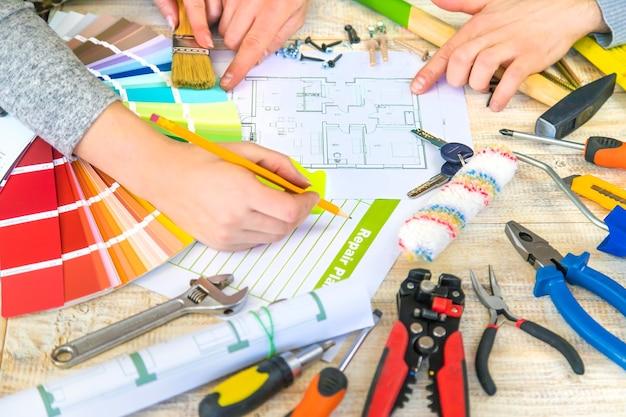 Prace remontowe polegające na doborze koloru lakieru zgodnie z paletą. selektywna ostrość. plan