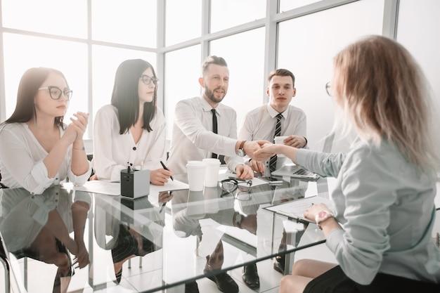 Pracodawcy gratulują pracownikowi podpisania nowej umowy. koncepcja castingu biznesowego