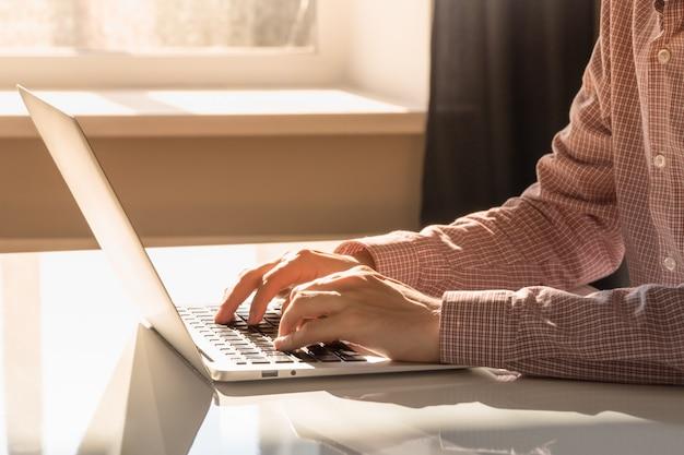 Pracować przy komputerze w jaskrawym pogodnym biurze