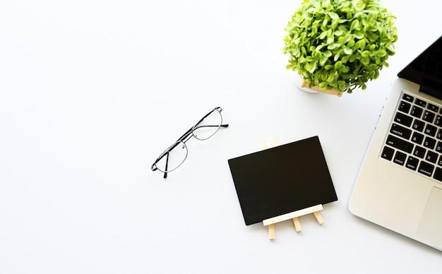 Pracować z laptopem, blackboard i kaktusa kopii przestrzenią na nowożytnym stołowym tle ,.
