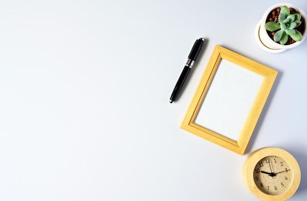 Pracować z obrazek ramą i tłustoszowatym copyspace na bielu stołu tle