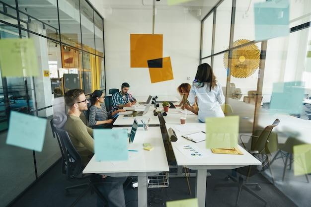 Pracowici młodzi ludzie pracujący w nowoczesnym biurze