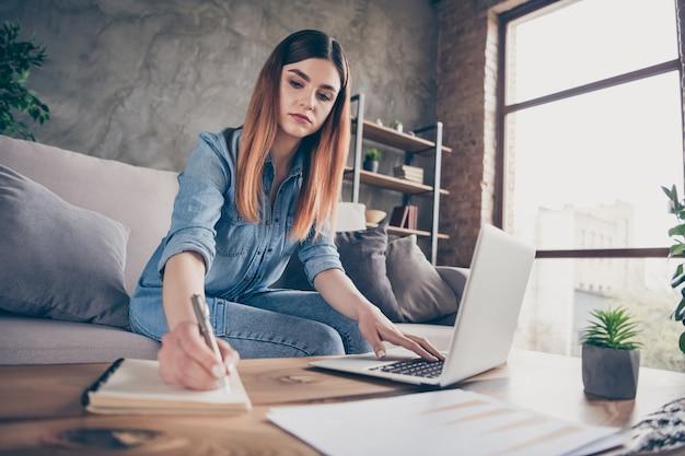 Pracowita inteligentna mądra dziewczyna studiująca pisanie notatek zeszyt korzysta z laptopa