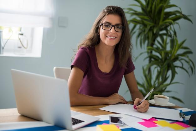 Pracowita kobieta nie wydaje się zmęczona