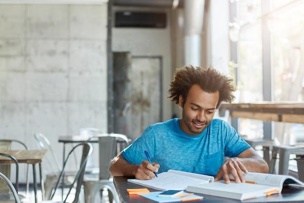 Pracowity podekscytowany african american a-student czuje się szczęśliwy