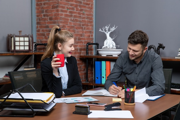 Pracowity profesjonalny zespół omawiający jedną kwestię w dokumentach w urzędzie