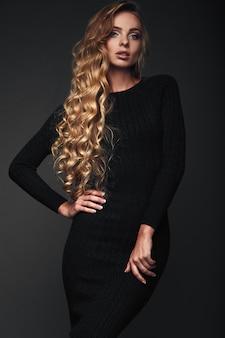 Pracowniany portret seksowna długie włosy blondynki kobieta