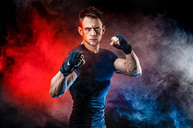 Pracowniany portret walczący mięśniowy mężczyzna