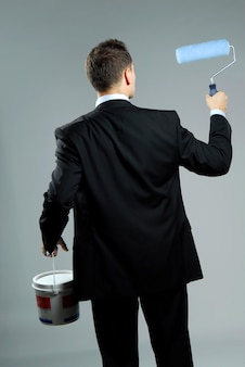 Pracowniany portret yang i ufny biznesmen