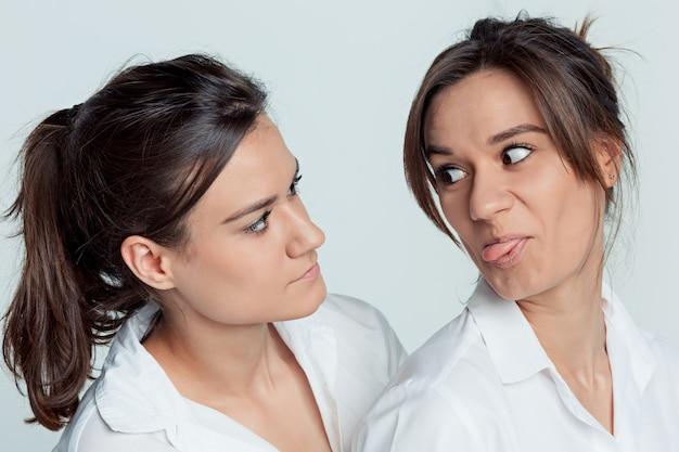 Pracowniany portret żeńskie bliźniaki