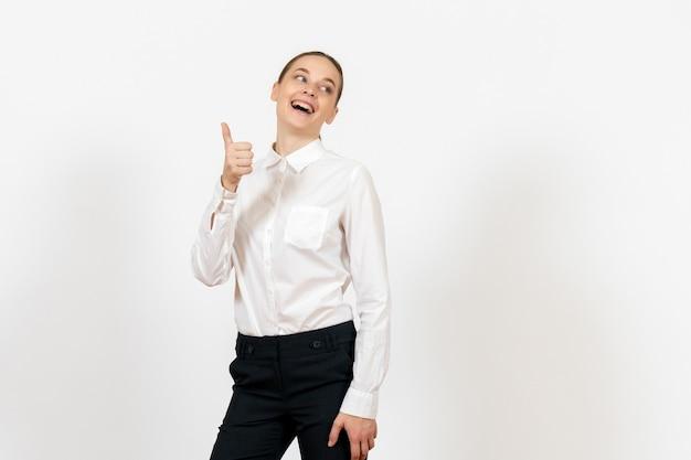 Pracownica biura pozowanie w białej bluzce na białym tle