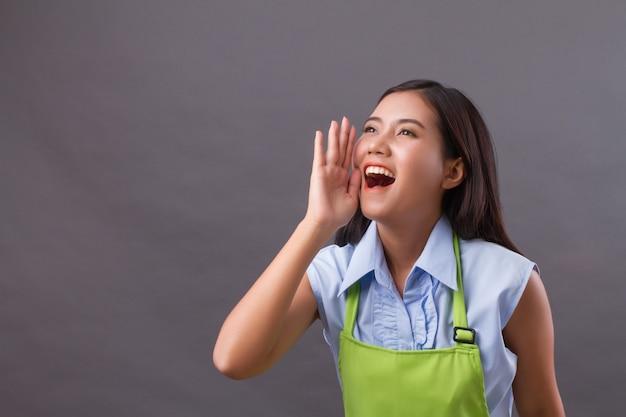 Pracownica krzyczy, mówi, komunikuje się, ogłasza