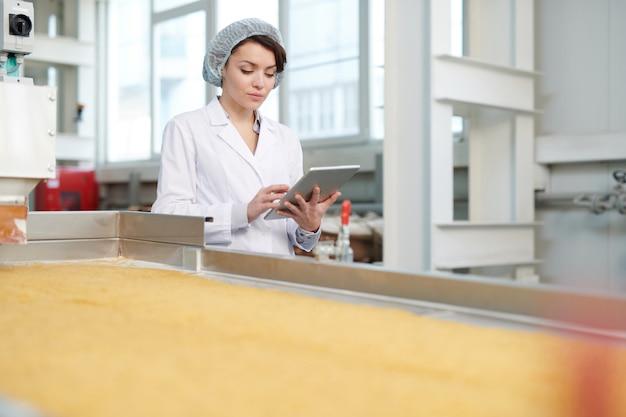 Pracownica nadzorująca produkcję żywności