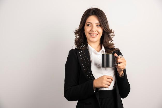 Pracownica Trzymająca Herbatę Z Radosnym Wyrazem Twarzy Darmowe Zdjęcia