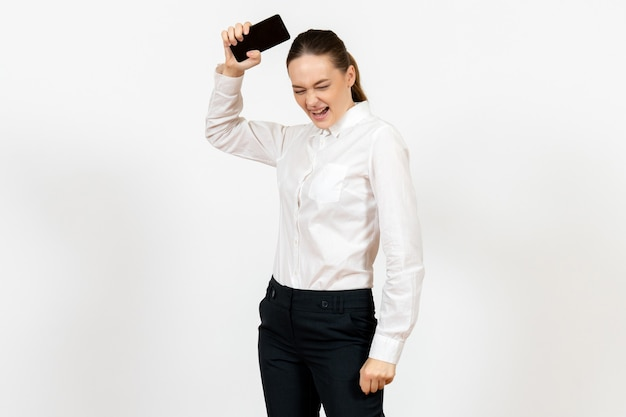 Pracownica w eleganckiej białej bluzce zły na biały