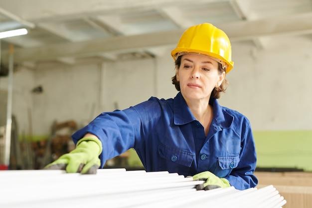 Pracownica w fabryce produkcyjnej