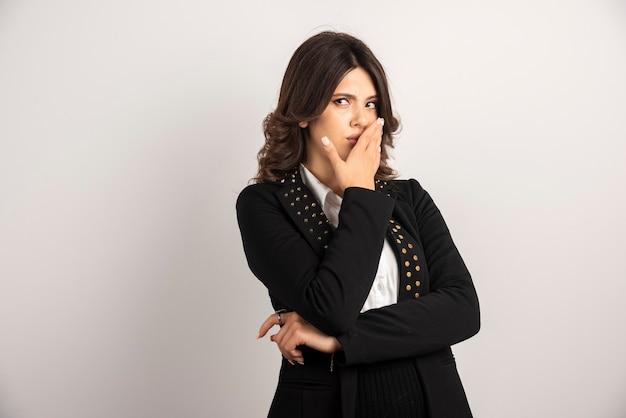 Pracownica zakrywa usta z powodu nagłej wiadomości