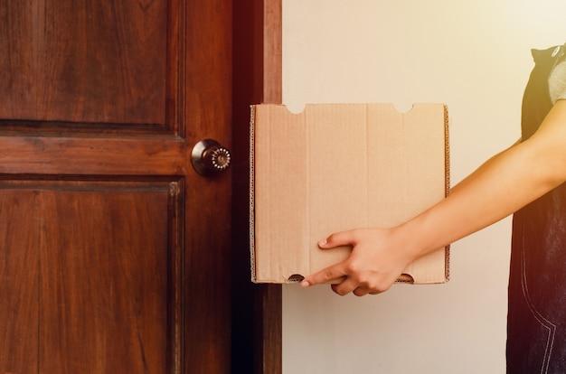 Pracownice dostarczają paczki za pośrednictwem usługi doręczenia do domu, doręczyciela, doręczyciela, obsługi klienta, odbierają pudełka od doręczyciela.