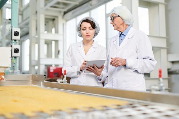 Pracownice nadzorujące produkcję żywności