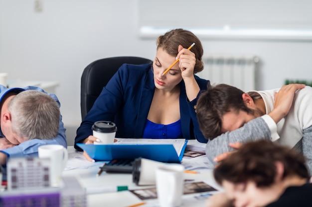 Pracownicy biurowi odpoczywają w biurze po męczącym spotkaniu