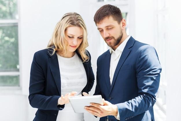 Pracownicy biurowi płci męskiej i żeńskiej.