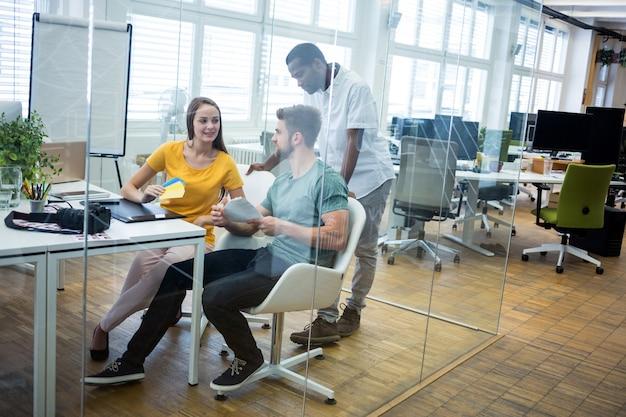 Pracownicy biurowi w szklance
